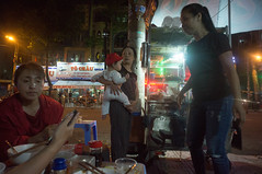 (kuuan) Tags: voigtländerheliarf4515mm manualfocus mf voigtländer15mm aspherical f4515mm superwideheliar apsc sonynex5n saigon hcmc vietnam street food chau ricesoup foodstall baby kid grandma takecare