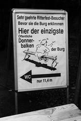 Burgfest auf der Burg Falkenstein/Harz (Helmut44) Tags: burgfalkenstein harz deutschland germany sachsenanhalt burgfest feuerspectaculum schild hinweisschild sw
