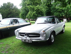 Tour of Legends, Winchester, 15.06.19, 1969 Mercedes 280SL Automatic (catrionatv) Tags: hampshire winchester outerclose winchestercathedral grass trees tombstone touroflegends jubileeedition mgbgt mercedes280sl