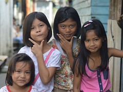 sisters with friends (the foreign photographer - ฝรั่งถ่) Tags: two sister friends girls children khlong thanon portraits bangkhen bangkok thailand nikon d3200