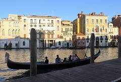 Walking along the Grand Canal - Tourists in a gondola (Sokleine) Tags: grandcanal canal canalgrande water boats bateaux palais palace buildings architecture heritage unescoworldheritage venezia venice venise veneto italia italie italy eu europe