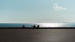 Parfait. (Adrien GOGOIS) Tags: nice french riviera sea ocean mediterranea people street nature landscape xc fuji kit zoom lens pancake 1545 view light sun sunshine shadow against line horizon front pavement floor urban life city sky cloud blue reflect silhouette