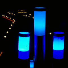 Lamp as a signpost (dl1ydn) Tags: dl1ydn signpost wegweiser leuchte lampe beleuchtung night blue color carlzeiss planar 50mmf14 manualfocus manuell turkey side light