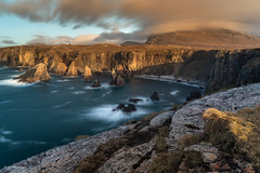 Golden Mangersta (He Ro.) Tags: schottland scotland cloud mangersta sea rocks mangurstad lewis isleoflewis harrislewis outerhebrides westernisles cliffedge goldenhour sunset nature landscape seascape longexposure lzb grass coast