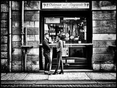Talk and a glass of wine (Beutler Daniel) Tags: italien blackandwhite bw blackwhite talk verona sw schwarzweiss streetfotografie fujixe3 fujinonxf1855mmios