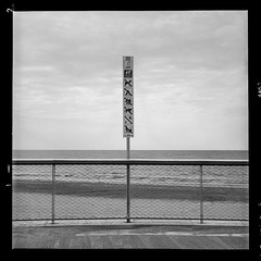 Twenty two (vincent-photo) Tags: analog alternative blackwhite bw caffenolch caffenol film hp5 ilford mediumformat beach square tlr twinlensreflex vintage 6x6 120