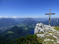 Am Gipfel / At the Summit (ursula.valtiner) Tags: landschaft landscape berg mountain alpen alps altausseersee lakealtaussee alpensee alpslake trisselwand gipfel summit gipfelkreuz dohlen jackdaws ausseerland salzkammergut steiermark styria austria autriche österreich