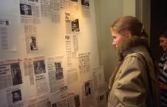 Liv Ullmann studerer avisutklipp om rivingstruede Teaterhuset Avant Garden (1988)