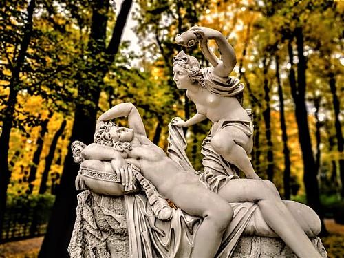 El Jardín de Verano (en ruso, Ле́тний сад, Letniy sad) ocupa una isla situada entre los ríos Fontanka, Moika y el Canal de los Cisnes en San Petersburgo, Rusia