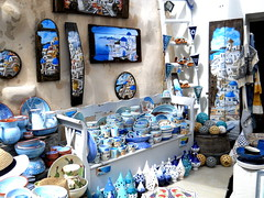 Indecisión (mnovela2293) Tags: fira thirasantorini capital cícladesisla grecia crucero egeo ceramicas adornos cuadros arte azulcúlpulas