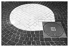 Patterns under my feet (leo.roos) Tags: walcheren zeeland gapinge roundabout rotonde manholecover putdeksel noiretblanc bw geom contrast compo vorm rond solaag a7 voigtlandernoktonclassicsc35mmf14vm cosina cv mmount nokton3514 voigtlander3514 darosa leoroos