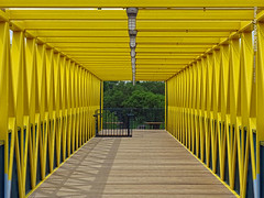 Pedestrian Bridge, 17 July 2019 (photography.by.ROEVER) Tags: minnesota 2019 july july2019 vacation roadtrip 2019vacation 2019roadtrip minnesota2019roadtrip minnesota2019vacation hennepincounty minneapolis twincities bridge pedestrianbridge yellow i94 overi94 minneapolissculpturegarden usa