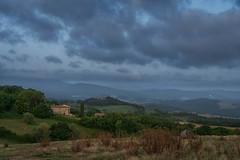 Wolkenhimmel über der Toskana (markusgeisse) Tags: toskana tuscany himmel sky clouds wolken dunkel landschaft dark scenery haus italien italy strohballen bäume