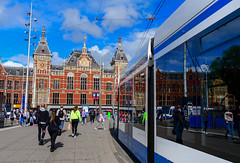 城市生活(DSC_2508) (nans0410(busy)) Tags: netherlands amsterdam train centraalstation building cityscape city 荷蘭 歐洲 europ reflection sky cloud people 阿姆斯特丹 中央車站 電車 城市景觀