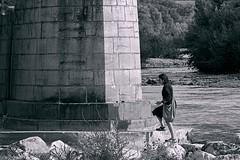 Une forteresse pour la nature... A fortress for nature... #E-M10MarkII #Gimp #DigiKam (ImAges ImprObables) Tags: auvergnerhônealpes drôme commune crest pierre pilier pont pilierdepont pontfrédériquemistral forteresse rivière rivièveladrôme eau arbre écologie femme traitement olympusem10markii olympusm40150mmf4056r gimp noiretblanc nb blackandwhite bw digikam