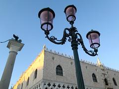 Venezia, Palazzo Ducale (Sokleine) Tags: heritage monument unesco unescoworldheritage architecture venezia venice venise veneto italia italie italy eu europe réverbère lamp streetlamp