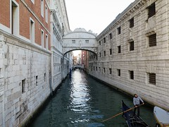 Venezia,Ponte dei sospiri (Sokleine) Tags: heritage monument unesco unescoworldheritage architecture venezia venice venise veneto italia italie italy eu europe gondole gondola gondolier bridge pont soupirs