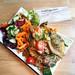 Laab Thai Art - Frische Gemüsepfanne von sattgrün auf einem Teller serviert