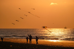 Let's fly together @ sea - B (Drummerdelight) Tags: seaside seascape sunlight sunset sun shillouettes peoplewatching people intothesun