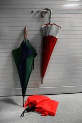 Vestiaire Normand ! (Tonton Gilles) Tags: parapluie parapluies vert rouge bleu noir et blanc partiel trois graphisme