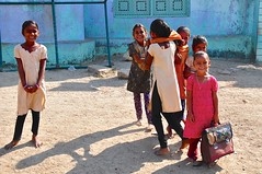 India- Gujarat- near Dasada (venturidonatella) Tags: india gujarat asia dasada street strada streetphotography streetscene streetlife persone people gentes gente colori colors nikon children bambini students studenti luce ombra shadow light smile sorriso sguardo look d300 nikond300