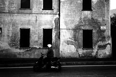 Via Nazionale (Ricoh GR1) (stefankamert) Tags: ricoh gr1 ricohgr1 gr 28mm film analog analogue grain tones highcontrast street driver man people blackandwhite blackwhite noir noiretblanc kodak trix stefankamert windows mood colico old wall italy 0919