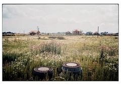 (schlomo jawotnik) Tags: 2019 juli braunschweig bauland neubaugebiet gullideckel schacht abwasser wiese häuser analog film kodak kodakproimage100 usw