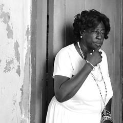 Mujer en la Iglesia de Nuestra Señora de Regla