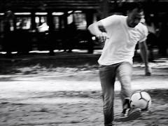 GFX2508 - Controllo (Diego Rosato) Tags: controllo stop corsa run soccer calcio campo field marco bianconero blackwhite fuji gfx50r fujinon gf110mm rawtherapee