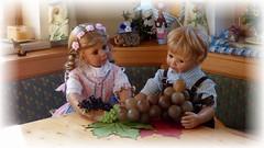 Nanu, was für Trauben hast denn Du ?! 👀 / Well, what kind of grapes do you have?! 👀 (ursula.valtiner) Tags: puppe doll luis bärbel künstlerpuppe masterpiecedoll dirndl dirndldress lederhose leathertrousers weintrauben grapes