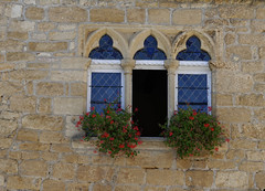_DSC8481_DxO (euskal begia) Tags: pierre en mur colonnettes petite fenetres fleurie