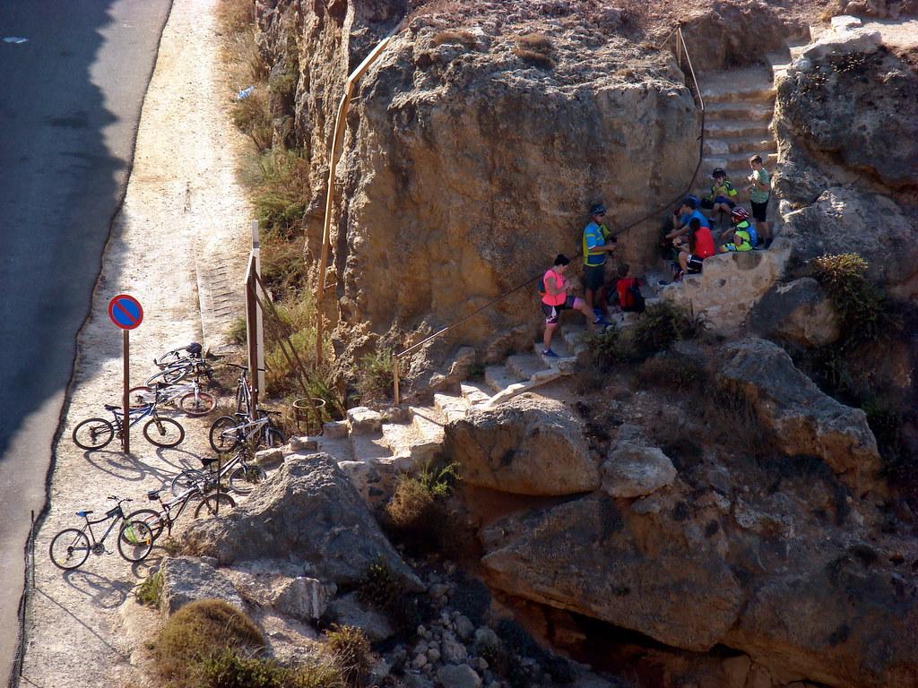 фото: Велосипедисты на скале
