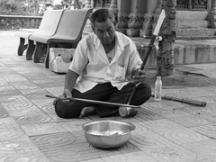 Le musicien, pagode de Phnom Santuk, Kompong Thom, Cambodge, août 2019. The musician, Phnom Santuk pagoda, Kompong Thom, Cambodia, August 2019. https://en.m.wikipedia.org/wiki/Phnom_Santuk (vdareau) Tags: photographiederue streetphotography photographienoiretblanc blackandwhitephotography wat pagoda pagode musicien musician cambodia cambodge asiedusudest southeastasia asia asie
