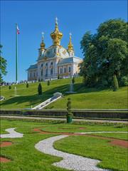 the imperial palace of Peterhof ... (miriam ulivi - OFF/ON) Tags: miriamulivi nikond7200 russia peterhof петерго́ф palazzoimperiale giardini collina gardens hill alberi trees bandiera flag patrimonioumanitàunesco