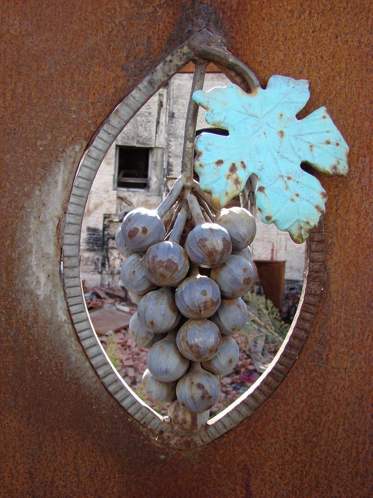 фото: Металлический виноград