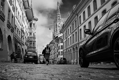 RM-2019-365-292 (markus.rohrbach) Tags: ort europa schweiz bernbe bern objekt bauwerk gebäude kirche bernermünster verkehrsweg strasse fahrzeug auto projekt365 thema fotografie schwarzweis
