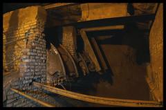 Kippvorichtung (SurfacePics) Tags: kleinenbremen wesergebirge minden portawestfalica nrw nordrheinwestfalen deutschland northrhinewestphalia germany europe europa surfacepics 2017 indoor june juni altbergbau bergwerk erzbergwerk oremine oremining besucherbergwerk kammerpfeilerbau besucher exhibition ausstellung museum indunstriekultur stollen shaft mineshaft minas mine sonyalpha77ii sonyalpha photo photography foto fotografie underground undergroundexploring untertage belowground subground gold color farbe licht light darkness dark places technik