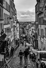 Promeneurs dans Paris, Montmartre (Thierry-Photos) Tags: noirblanc elmar50 montmartre leica paris nb leicam8