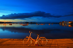 The Lonesome Bike... Ile-Tudy, Finistère, France. 2019/10/19. (joelgambrelle) Tags: nikond500 france bretagne finistère toutcommenceenfinistère breizh night vélo heurebleue bluehour pauselongue bike îletudy