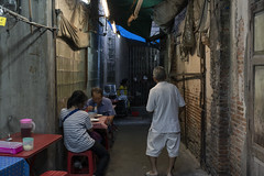 Dark Alley (MSM_K_JP) Tags: sony a6500 bangkok thailand people zeiss touit touit1832 planar chinatown
