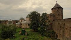 Dans la forteresse d'Ivangorod (4) (8pl) Tags: château forteresse église cabane herbe murailles fort tour moyenâgeux russie ivangorod histoire tourisme voyage drapeau