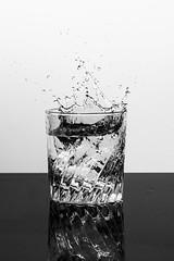 Comment inonder sa cuisine un dimanche matin (Nathalie Falq) Tags: projet52 boisson eau formatportrait gastronomie monochrome noiretblanc objetduquotidien packshot verre water fujifilmxt2 xf80mmf28rlmoiswrmacro fujifilm