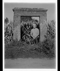 autoportrait avec maïs (JJ_REY) Tags: jj corn automne autumn portrait maïs instantfilm mediumformat fuji fp3000b bw toyofield rodenstock aposironarn150mmf56 polaroidback405 colmar alsace france