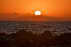 Sunrise - Amanecer (En memoria de Zarpazos, mi valiente y mimoso tigre) Tags: sunrise alba amanecer spiaggia sea sun seascape sol beach mar mare playa sole breakwater skyfire espigón cielorojo skyred cielorosso nikon alicante campello