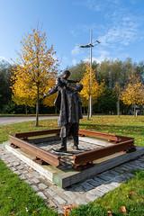Worker's memorial St. Helens (Steve Samosa Photography) Tags: england unitedkingdom sthelens sculpture statue bronzestatue merseyside worker'smemorial autumn