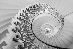 The Tulip Staircase (B.B.H.70) Tags: tulipstaircase staircase stairs greenwich london uk bw handrail museum royalobservatory queenanne maritimemuseum londres inglaterra