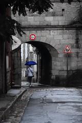 A la Poterne ! (Tonton Gilles) Tags: alençon normandie photo de rue la poterne panneaux signalisation cercle rond triangle parapluie personnage bleu rouge noir et blanc partiel