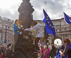 It's My Future: People's Vote Final Say March, 19 Oct 2019 (chrisjohnbeckett) Tags: peoplesvote finalsay brexit protest demonstration politics london londonist timeout future children europe eu photojournalism climbing chrisbeckett admiraltyarch canonef24105mmf4lisusm flag