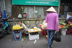 (kuuan) Tags: voigtländerheliarf4515mm manualfocus mf voigtländer15mm aspherical f4515mm superwideheliar apsc sonynex5n saigon hcmc vietnam market stall conicalhat