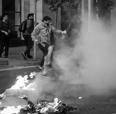 Lacrimógenas en Santiago de Chile furioso (Mario Rivera Cayupi) Tags: streetphotography fotografíadecalle fotografíacallejera streetphotographyinchile santiagodechile protest angry furia blancoynegro blackandwhite bw sigmaartlens lentesigmaserieart sigma50mmf14 50mmf14shooter